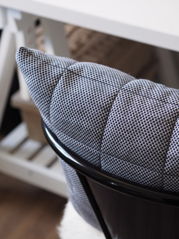 ポコポコとしたドット柄がかわいいmuutoのクッション Soft Grid Cushions。カバーの中にも中綿が仕込んであるので弾力がUPし、ふわふわなのだそう。大人っぽいシックな色や、幾何学模様などバリエーションがあります。