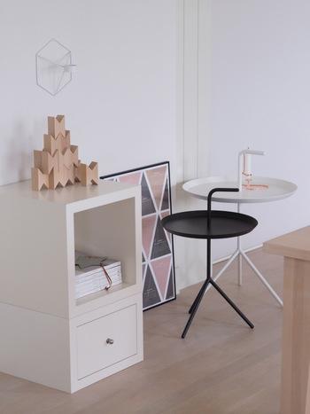 HAYの代表的なサイドテーブル DLMは、ソファに座って使うのにちょうどよい、2種類の高さ。 持ち手が付いていて、簡単に移動できるようになっています。  軽くて扱いやすいので、プランター置き場として、玄関で小物置き場として、家中いろいろな場所で重宝しているのだそう。