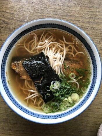 京都グルメとして人気のにしんそばも。骨まで柔らかく煮込まれたにしんの甘露煮が、上品な出汁とよく合う一品です。