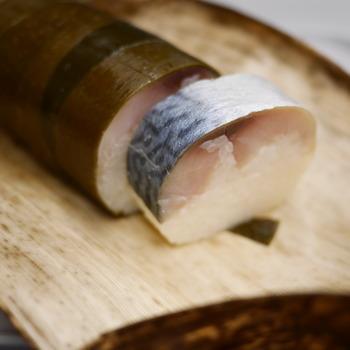 100年前から変わらぬ製法で作られる鯖寿司は、肉厚で脂ののった鯖が絶品。とろけるような食感で、酢飯のほどよい酸味とマッチします。