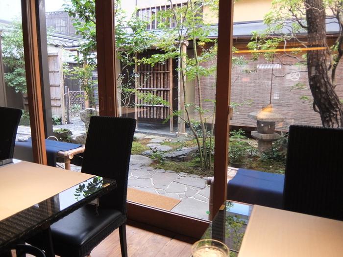席は中庭が見えるテーブル席の他、二畳の本格茶室も。ゆったりと寛ぐことができますよ。