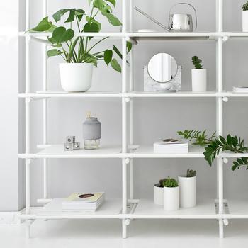 デンマーク生まれのMENUは、スカンジナビアデザインの伝統に根付いているのだそう。スチールと木、ガラスとゴムなど異素材MIXを得意とし、今風のお部屋にスタイリングしやすい軽やかなデザインが多いブランドです。