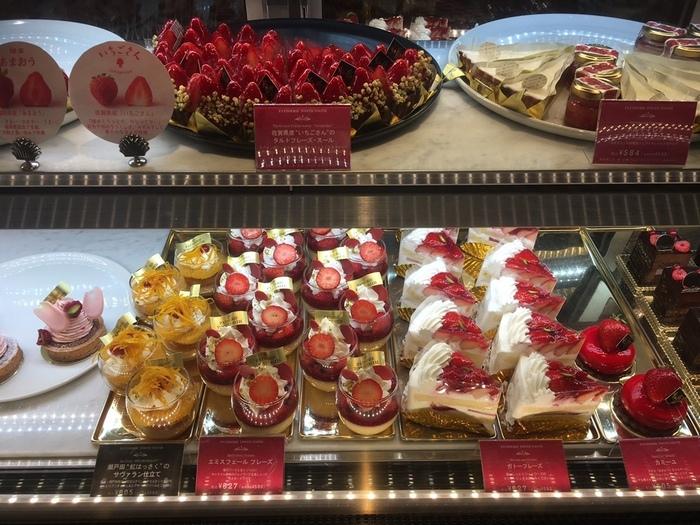 かわいい店内のショーケースに並ぶケーキはまるで宝石のようにきらきらしていますね。どれを購入するのか迷っているお客さまも多いようです。