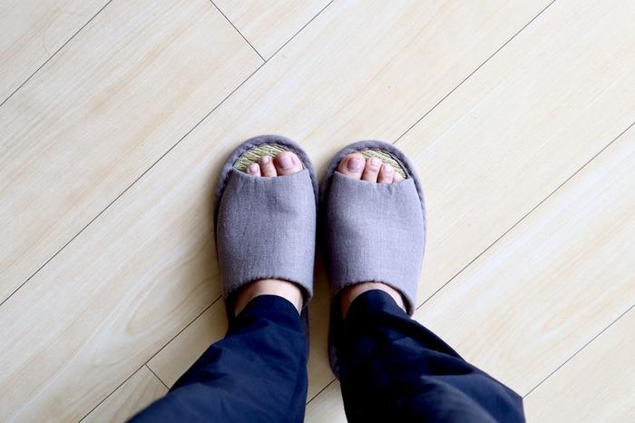 mujikko-RIEさんが愛用しているのは無印良品の「イ草スリッパ」。い草を中板にした、畳のような肌触りが特徴の大人気アイテムです。落ち着く香りとひんやりとした肌触りが心地は夏にもってこい。