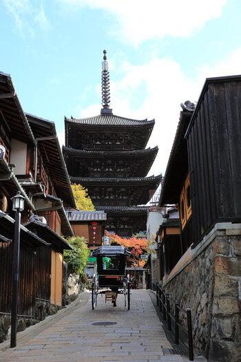 食文化が豊かな京都。伝統を感じる京懐石から、親しみやすいおばんざいや京うどん、そして和スイーツまで様々なグルメが楽しめます。 また、美しい庭園や風情ある街並みを眺めながら食事やティータイムが楽しめるのも京都のお店ならでは。ぜひ、京都グルメを通して京都の魅力を堪能してみてくださいね。