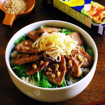 脂控えめの豚ヒレならではの爽やかな豚丼です。緑鮮やかでシャキシャキ食感もたまらない水菜と一緒にモリモリ食べられます。後乗せのレモンペーストと、にんにくやねぎ、白ごまも加えることでより香りのいい仕上がりに♪