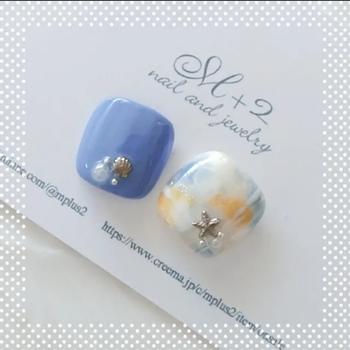大理石のような輝きや奥行きが魅力のマーブルネイル。爪の上に2、3色を水玉状においてから爪楊枝か細い筆で色を混ぜてつくります。失敗してもニュアンスになるのでチャレンジしやすいデザインです。