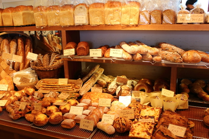 開放感のある店内に一歩足を踏み入れると、ずらっと美味しそうなパンが並んでいます。ハード系のパン、バゲットカンパーニュやブリエ、また、さくさく食感がたまらないブリオッシュ、もちもちの食パンなど幅広く選ぶことができるのも魅力の一つ。