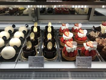 フランス、ニースのネグレスコホテルの総製菓長を務めた経歴もある、フランス人パティシエが腕をふるったケーキの数々がずらっとショーケースに並びます。見ているだけでわくわくしてしまいますね。