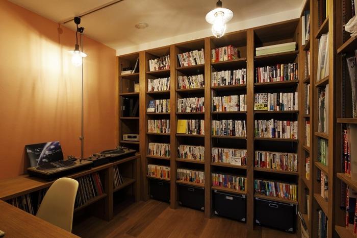 壁一面の本棚に、オーディオスペースまで備え付けのプライベートルーム。カルチャー好きにはたまらないスペースです!休日は一日中趣味部屋にこもって、音楽をかけたり本を読んで過ごす…なんて妄想が広がりますね。