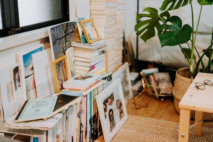 あえて本棚を置かず、床に並べるという置き方。高さが低く抑えられるので、お部屋が広く見えます。一見雑然としているようで見せ方が工夫されている、本好きならではのセンスが光るスペースです。