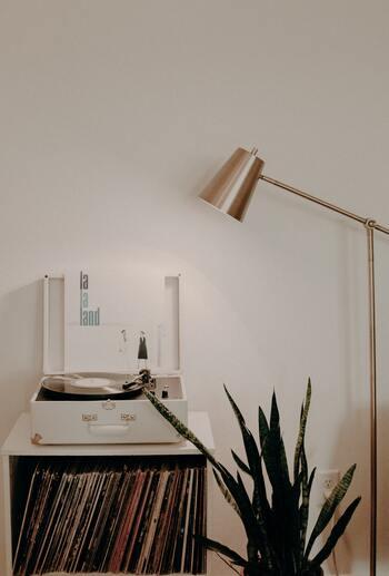 レコードを収めた棚の上にオーディオを配置すれば、お気に入りのスペースの完成。スタンドライトなどで照明の光が当たるように配置すると、さらに特別感が出ます。