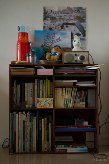 こちらは、ひとつの棚の中にギュッと収めた例。ちょっぴりレトロな雰囲気が、カルチャー好きの心をくすぐります。好きなものに垣根はないから、お気に入りをジャンクに並べてみて。