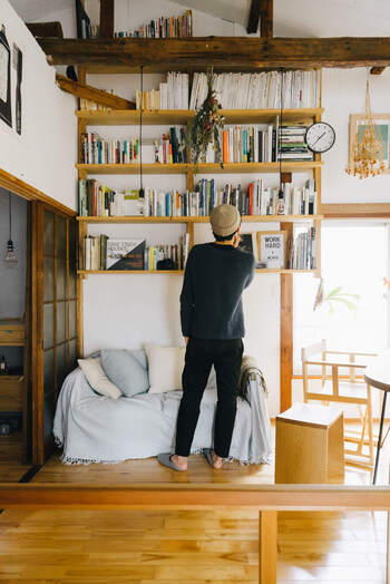 ソファの上に本の収納棚をDIY。読みたい本を次々と手に取ることができて便利ですね。お気に入りの本の表紙を見せるように配置すれば、ディスプレイとしても映える空間になります。
