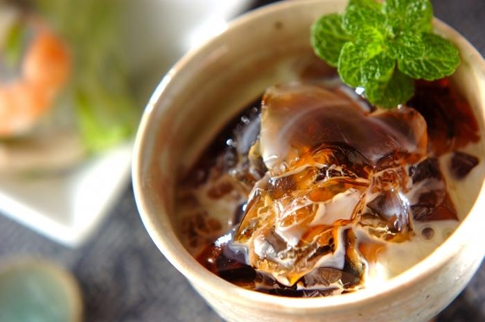 中華の後はお口さっぱり、なのに甘い。そんなデザートが食べたくなりますよね。このウーロン茶ゼリーは、ウーロン茶を粉ゼラチンで固めて練乳をかけるだけの簡単レシピ。食後のお口直しにも、ちょっと甘いものが欲しい時にもオススメです。