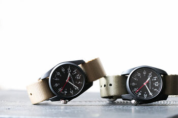"""「BERTUCCI(ベルトゥッチ)」の""""A-1R FIELD COMFORT(エーワンアール・フィールド・コンフォート)""""は、軽量性と耐久性に優れたアウトドアウォッチ。腕時計の重さはなんと、38gととにかく軽い。"""