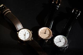女性らしい丸みのあるデザインと、上品さが漂う美しい腕時計ですね。ちょっとおめかしをしてお出かけする際にも、手元を華やかにしてくれること間違いなしですよ。
