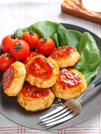 ポリ袋に鶏ひき肉と調味料を入れてもんで、フライパンに並べて焼くだけのお手軽レシピ。マヨネーズを入れるのでふわふわとした仕上がりになります。