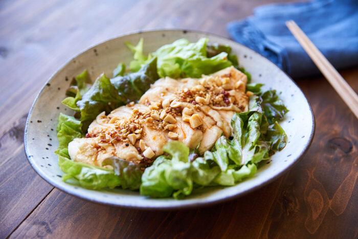 食べ応えのある鶏肉で作る「よだれ鶏」。この「よだれ鶏」はレンジで作ることができるので、炒め物系のメインを作っている時に、コンロを使わなくても大丈夫。副菜としてはもちろんのこと、中華麺を絡めてメインにしても◎な美味しくて使えるレシピです。