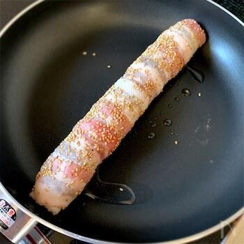 「豚の海苔紅生姜巻き」は、このように豚バラ薄切り肉を巻いて作ります。豚バラの旨みと紅生姜のサッパリした味は、相性抜群の組み合わせですよ。