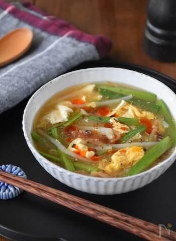 お酢の酸味が癖になる、さっぱり美味しいサンラータン。ニラやもやしなどの中華で使われる食材がふんだんに入っているので、どんなお料理にもぴったり!暑さで疲れた時にはご飯や麺を入れても良いですね。