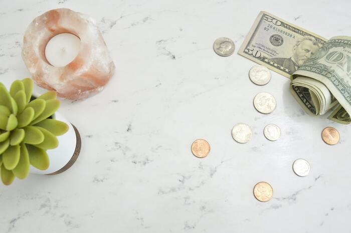 ただひたすら倹約の日々を送るだけではなく、「使うべき時にお金を使う」ことができますか?  そもそも「どれだけ使って大丈夫か」を把握していることが前提なので、まずオススメなのがライフプラン表を作ること。自分や家族に確実に起こる「入学」や「定年」「ローンの開始/終了」などのライフイベントと、その時に発生するであろう出費(世間的相場を書き込むだけでもOK)を確認するだけでも、マネープランが一気に見通せるように。  ストックすべき分は「貯め」ながら、きちんと「使う」ことで、心と生活に余裕が生まれます。