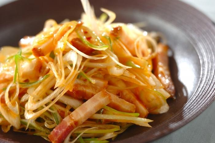 天津飯やえびマヨなど、魚介や卵系の副菜にぴったりなのが、チャーシューとネギをピリ辛ダレで和えた「ピリ辛ネギチャーシュー」。サッと和えるだけで簡単に作れます!メインが出来上がるまでの前菜として、ビールのお供にもオススメです。