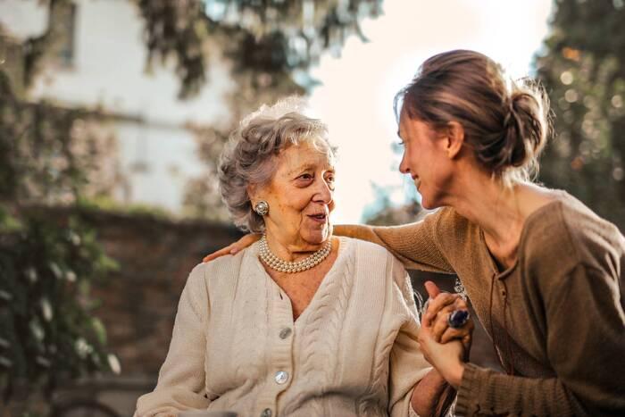 「年齢」という枠にとらわれず、相手をレスペクトしながらお付き合いの幅を広げてみると、知らないことや魅力的な人に出会えるチャンスが格段に上がります。  それに伴って、「どの年代とも話題が合わせられる知識や好奇心」、「年代問わず様々な相手に受け入れられる人格」、「いろいろな場所に自分の居場所を作れるフットワーク」…これらも自然とあなたのものになるでしょう。