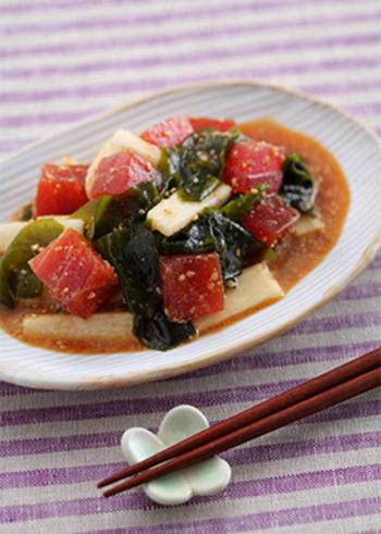 オイスターソースとポン酢ベースで作る「まぐろと長芋の中華和え」は、さっぱりテイストで脂分が多めの中華の副菜にぴったり!切って和えるだけで作れるので見た目よりも簡単に作れます。中華料理は比較的火を入れているものが多いので、冷たいマグロが口の中で新鮮!箸休めにもなる食べ応えのある副菜です。