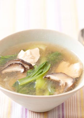 卵を使ったカニ玉やトマトの卵炒めなどの中華料理や、シウマイや肉団子など、お肉系の中華のお供にオススメな「春雨スープ」。春雨がツルツル美味しくて腹持ちも良いスープはキノコをたっぷり入れるとより美味しいですよ。