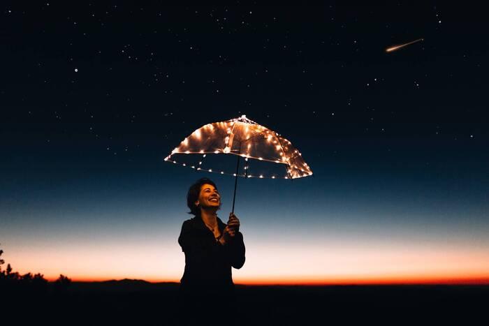 これからのあなたを輝かせる15か条の最後、それは、「笑顔を忘れない」こと。余裕や思いやり、そして自分を愛せているからこそあふれ出る笑顔は、日々を輝かせる何よりの武器です。  きっとあなたが思い浮かべる年上の憧れのあの人も、きっとピュアな笑顔を持っているはず。心からの笑顔は、人を、そして運やチャンスを引き寄せます。