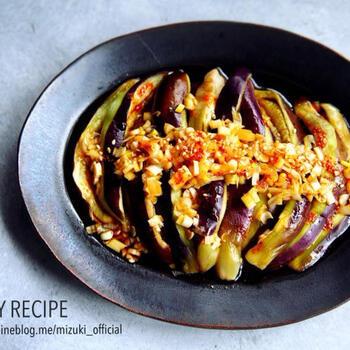 レンジで作る「蒸しなすの中華だれ」は、甘辛なネギだれがとっても美味しい一品です。ナスをレンジで3分チンしたら、火傷しないように手で裂くと美味しいネギだれが染み込みやすくなりますよ。火を使わずレンジで作れる嬉しい副菜です。