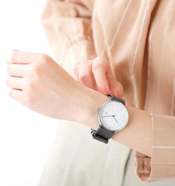 程よい大きさの文字盤は華奢な女性の腕に程よい大きさで、女性らしさも引き立たせてくれます。秒針もついており、機能性も抜群です!