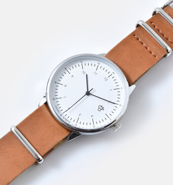 """「CHEAPO(チーポ)」の""""HAROLD(ハロルド)""""は、北欧スウェーデンからやってきたミニマムデザインの腕時計。北欧らしいシンプルなデザインなので、文字盤も見やすくお仕事にも◎"""