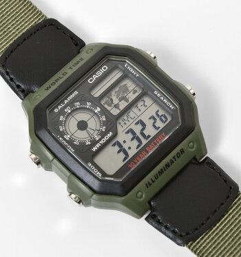 """""""イルミネーターワールドタイム スクエアデジタルウォッチ""""は、かっこいいデザインが印象的。通常の腕時計機能に加えて、ワールドタイムマップ、アラーム、ストップウォッチの機能も兼ね備えている高機能もの。さらに防水機能もあるので、アウトドアアクティビティにも◎"""