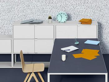 シャープな印象のキャビネットとテーブルに、曲線が特徴的な椅子と目を引くカラーリングの時計を合わせてディスプレイ。キャビネットとテーブルだけでは冷たい印象ですが、曲線が入ることによってやさしい雰囲気になっています。