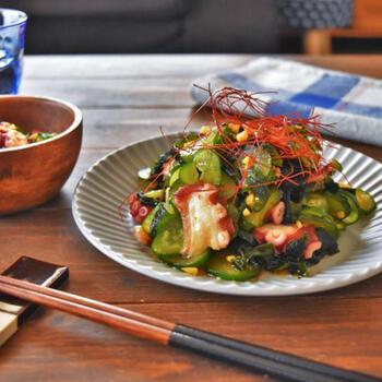 ショウガを効かせた「中華風タコの酢の物」は、ポン酢とごま油で和えるので失敗知らずの味付けです。彩りとして糸唐辛子を乗せるとお店のような一品に仕上がります。