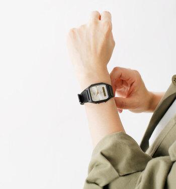 軽量感のある腕時計で、1日中着けていても腕の負担になりにくいのが特徴です。そのため、パソコンなどの作業が多いお仕事の方にもおすすめですよ。全てのカラーを揃えたくなるようなおしゃれなデザインですね。