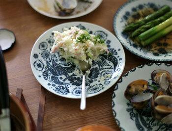 和と洋の絶妙な融合が美しい印判染付のお皿。鳥獣五画と題したシリーズは、様々な動植物が生き生きと描かれ、食卓に華やぎを与えてくれます。