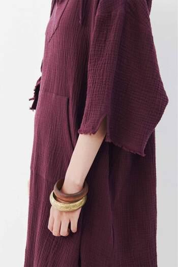 ボルドー、バーガンディ、パープル...赤みがかった暖色系カラーは、秋らしく、女性らしい華やぎも感じさせます。リラックスムード漂うフーディーチュニックは、自然体で着こなしやすいデザイン。肌当たりよく残暑も穏やかに過ごせそうです。