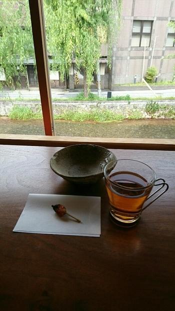 朝食は食後にセルフドリンク付き。窓際にカウンター席がある2階で、白川を見下ろしながらゆったりとした時間を過ごせます。