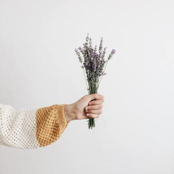 ラベンダーはドライフラワーにしても十分香りを楽しめます。お部屋のインテリアとして、ベッドルームにスワッグを飾るのも◎。ラベンダーのやさしい香りが広がる、素敵な空間を演出できますよ。