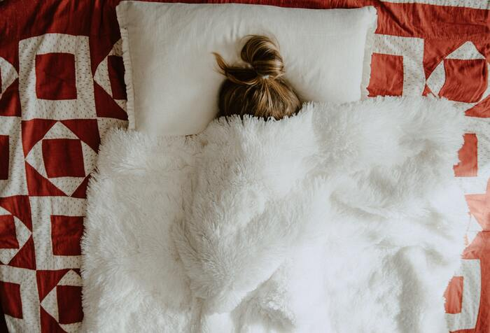 なんとなく不安が続いている…。そんなときは、睡眠のおともに肌触りの良いアイテムを取り入れてみて。アイテムにはピローミストやアロマオイルで、サンダルウッドの香り付けを。心地よい香りと感触のW効果で不安が和らぎ、安眠できます。