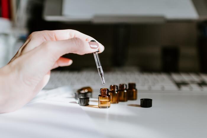 サンダルウッドの香りがするルームスプレーは意外と少ないです。自分が求める香りに出会わなかったら、手作りするのがおすすめ。エッセンシャルオイルの量を調節したり、他の香りをブレンドしたりすれば、自分好みのルームフレグランスが作れます♪