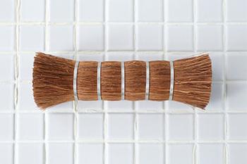 松野屋のシュロ棒たわしは、和歌山県の職人さんがひとつひとつ手作業で作っているという逸品です。手に握りやすい大きさ、太さで、馴染みやすく、力を入れて洗いやすいんですよ。毛の向きが揃っているので、細かなサッシの隙間などにもすっと入ります。