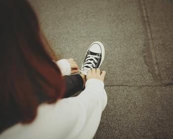 そのままスニーカーのようなフラットな靴を履くと、足が地面に対して垂直になるためアキレス腱が伸び、同時にふくらはぎも自然と伸びるはずなのですが、縮んだ状態が固定化されていると無理に伸ばすことになってしまいます。そこから「足の疲れ」や「こむら返り」といった不調を感じてしまうことに…。