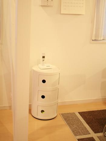 こちらのお宅では、イタリアの家具ブランドKartell(カルテル)のコンポニビリを電話台として活用されています。ここにルーターを収納したいということで、背面に配線用の穴を開けるプチDIYを施したのだそう!電話台をお使いの方は、ぜひ参考にしてみてください。