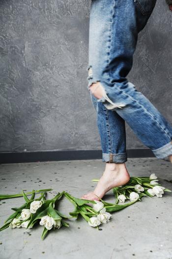 普段ヒール靴を履いている人は特にですが、重心が常につま先側にあると、アキレス腱が縮んで緊張した状態に。アキレス腱が緊張すると、足裏からふくらはぎにかけての動きも悪くなっていると考えられます。