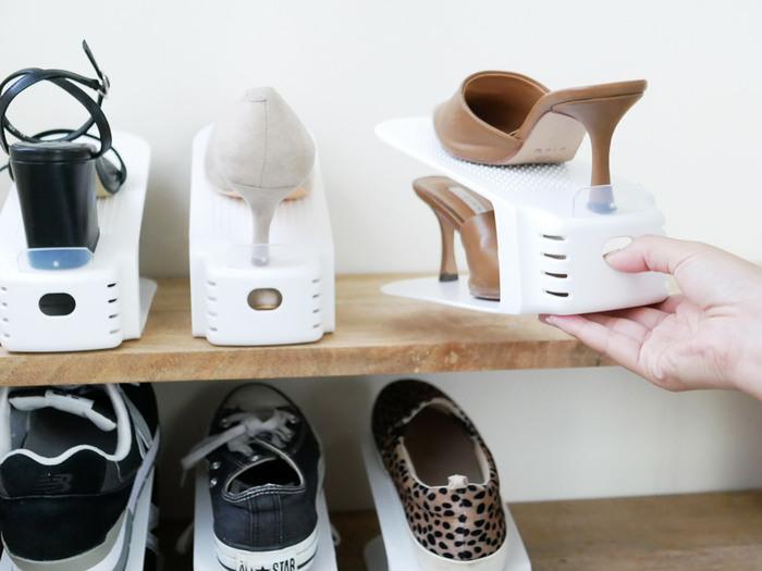 底付きで靴底がじかに触れないので、ワードローブや収納ケースの中でも気軽に使うことができます。ホルダーには、片手でも引き出して取り出しやすいように穴が開いています。穴のおかげで通気性もバツグン。ワンアクションでさっと靴を取り出せるのがうれしいですね。
