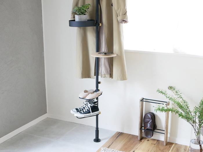 玄関に設置するとなにかと便利なラック。靴を収納するのはもちろん、別売りでミニテーブルやトレイも付けることができるので、キーケースを置いたり観葉植物を飾ったりといろいろ使えます。フックを取り付けてコートハンガーとしても使用可。